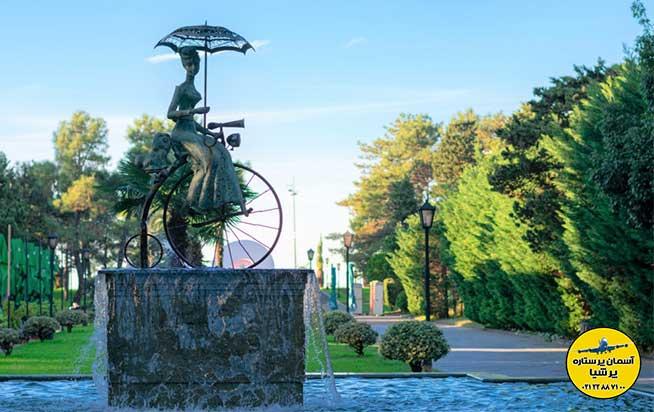 مجسمه زنی با دوچرخه بلوار باتومی گرجستان