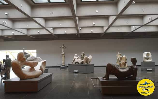 مجسمه های انسانی در داخل ساختمان