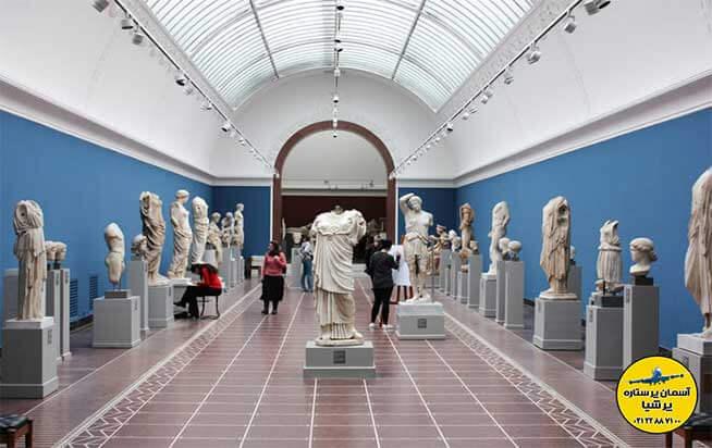 مردم در حال تماشای مجسمه ها در اتاق گالری