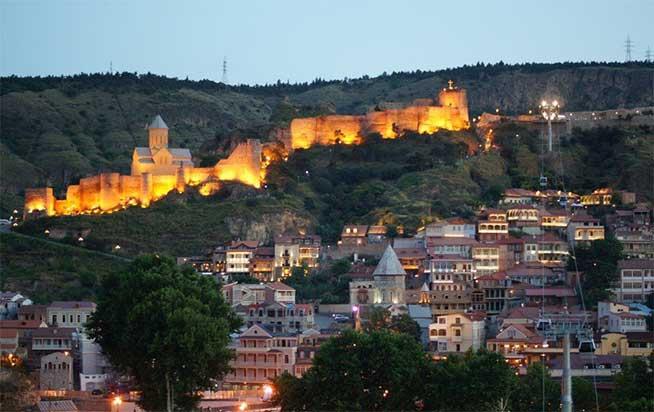 هنگامی که قلعه تماما با عظمت خود، توسط چراغ ها روشن می شود